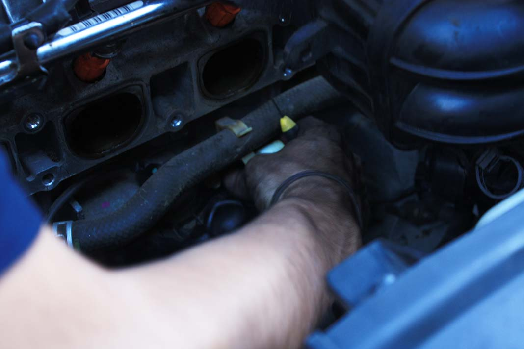 How to : PCV Valve removal-img_4137_2_.jpg